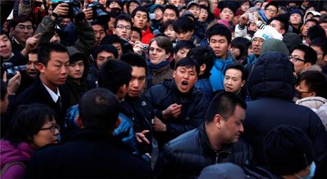 Angry Chinese At Sanlitun Apple Store